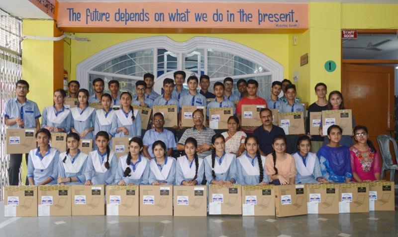 ए .वी .एन .के 56 मेधावी विद्यार्थियों को मिले लेपटोप ,ज़िला में रहा सर्वश्रेष्ठ प्रदर्शन